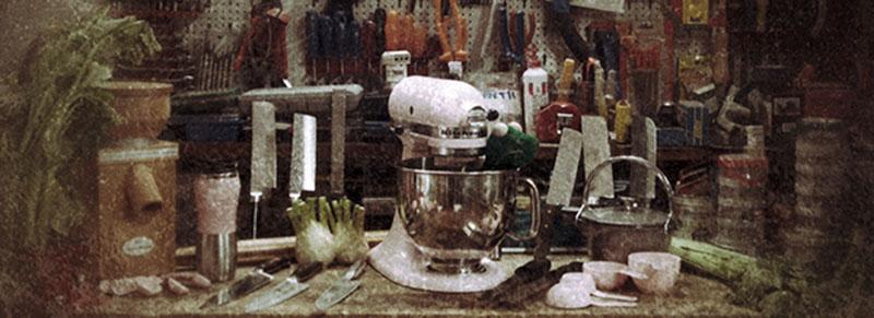 officina con utensili meccanici e culinari